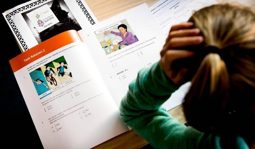 2017-04-19 08:37:33 AMSTELVEEN - De leerlingen van groep 8 van basisschool De Horizon buigen zich over de CITO-toets. In april buigen zich volgens de Algemene Onderwijsbond ruim 107.000 leerlingen zich over de eindtoets. ANP KOEN VAN WEEL  ( beeld anp)