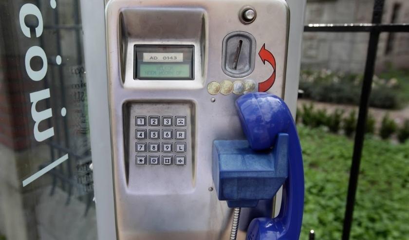 2009-08-08 00:00:00 AMSTERDAM - Openbare telefoon bij het Museumplein in Amsterdam. ANP XTRA KOEN SUYK  ( beeld anp)