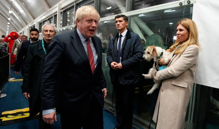 2019-12-13 23:44:25 epa08067482 British Prime Minister Boris Johnson (L) and Carrie Symonds (R) arrive to view the vote count results for Uxbridge and South Ruislip constituency at Brunel University during the general elections in London, Britain, 13 Dece  ( beeld anp)