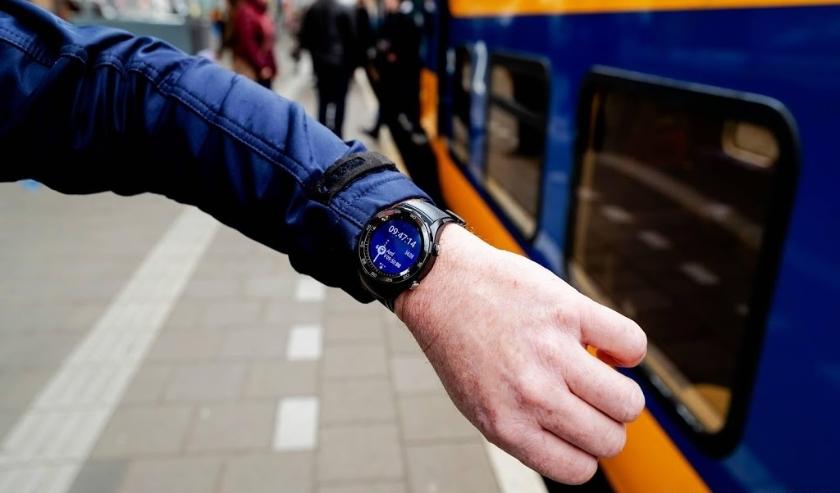 2019-05-06 09:45:05 AMERSFOORT - Een conducteur van de NS met een smartwatch. Het hulpmiddel wordt onder conducteurs van de NS uitgedeeld en moet eraan bijdragen dat een trein op de seconde nauwkeurig kan vertrekken en de samenwerking tussen collegae verb  ( beeld anp)