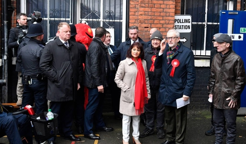 2019-12-12 10:21:41 epa08064674 Britain's opposition Labour Party Leader Jeremy Corbyn and his wife Laura Alvez vote at a polling station during the general elections in London, Britain, 12 December 2019. Britons go to the polls on 12 December 2019 in a g  ( beeld anp)