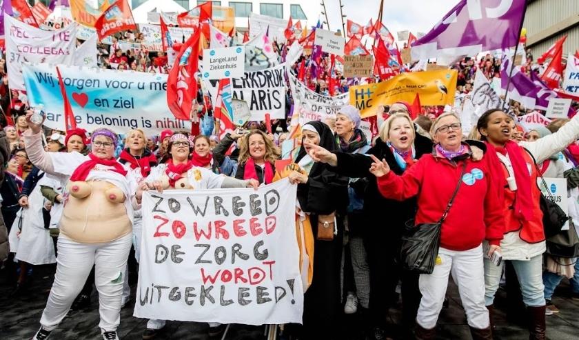 2019-11-20 12:56:21 UTRECHT - Ziekenhuispersoneel op het Jaarbeursplein tijdens de landelijke ziekenhuisstaking.ÊIn 119 ziekenhuizen in Nederland leggen 150.000 medewerkers die onder de cao vallen het werk neer voor de landelijke ziekenhuisstaking. ANP KO  ( beeld anp)