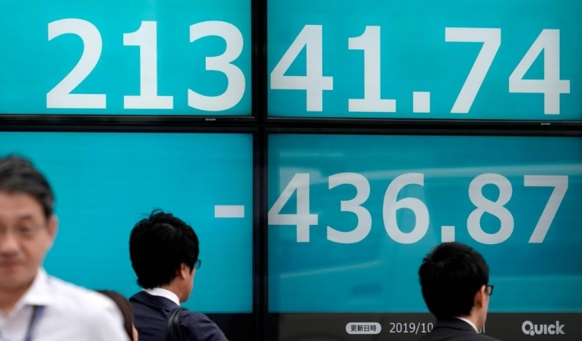 2019-10-03 15:30:15 epa07891019 Pedestrians walk past a stock ticker display showing the closing information of Japan's Nikkei Stock Average (Nikkei 225), in Tokyo, Japan, 03 October 2019. Nikkei 225 tumbled 436.87 points, or 2.01 percent, to close at 2  ( beeld anp)