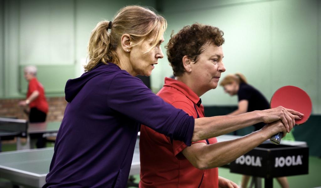 Bettine Vriesekoop tijdens een workshop bij Tafeltennisvereniging TTC De Kluis in Geleen. De groep bestond voornamelijk uit ouderen. Door haar enthousiasme en passie is het voor de deelnemers een boeiende workshop.  ( beeld Franco Gori)