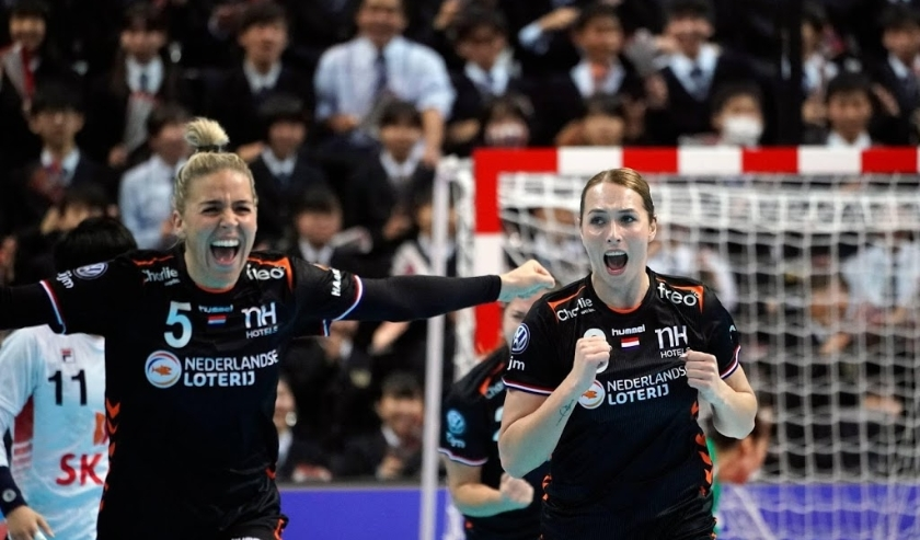 2019-12-11 15:21:08 epa08061756 Lois Abbingh (R) of the Netherlands reacts after scoring against South Korea during the IHF Women's World Championship main round match between South Korea and Norway in Kumamoto, Japan, 11 December 2019.  EPA/FRANCK ROBICH  ( beeld anp)