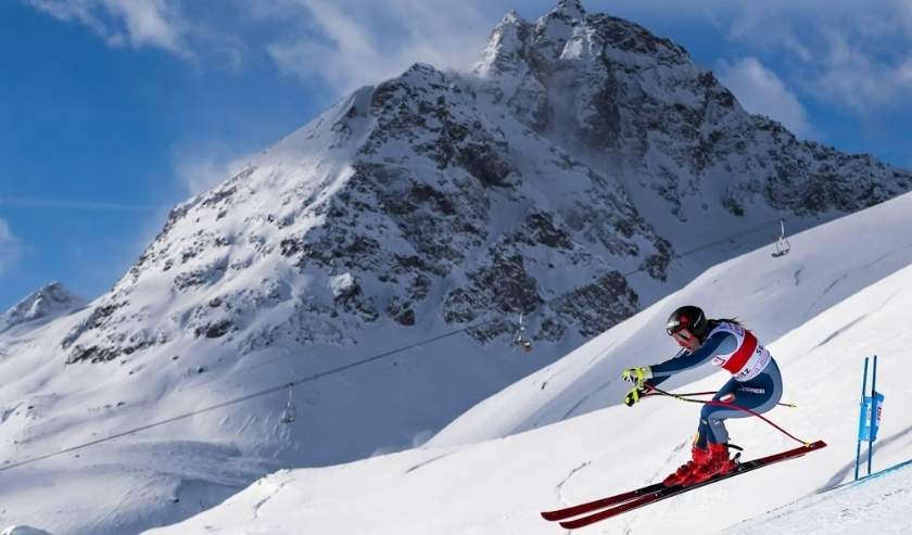 2019-12-14 11:48:49 epa08070318 Sofia Goggia of Italy speeds down the slope during the Women's Super-G race at the FIS Alpine Ski World Cup in St. Moritz, Switzerland, 14 December 2019.  EPA/JEAN-CHRISTOPHE BOTT  ( beeld anp)