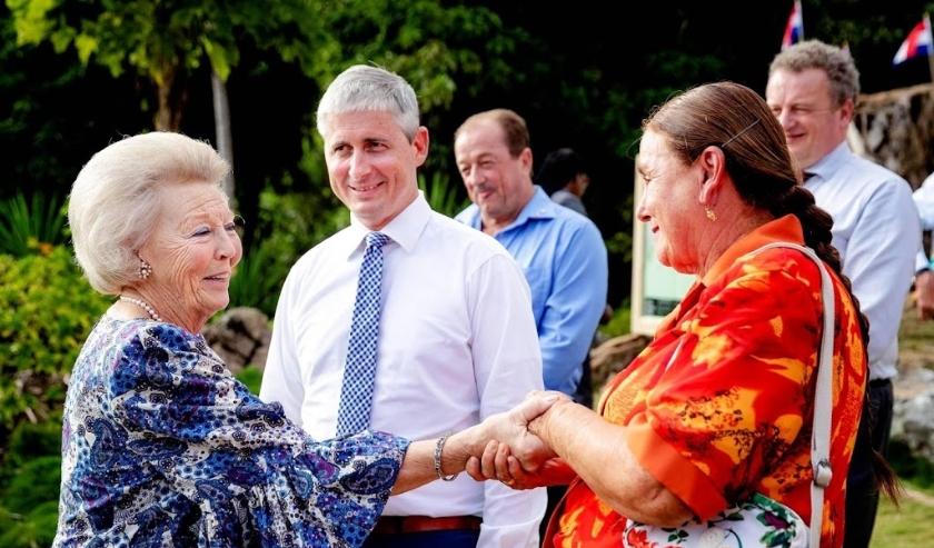 2019-12-12 21:22:40 SABA - Prinses Beatrix neemt afscheid van de eilandbewoners na een bezoek aan de Botanical Gardens. Het bezoek van de prinses aan Saba en Sint Eustatius staat in het teken van natuurbehoud en sociaal-maatschappelijke cooperaties. ANP R  ( beeld anp)