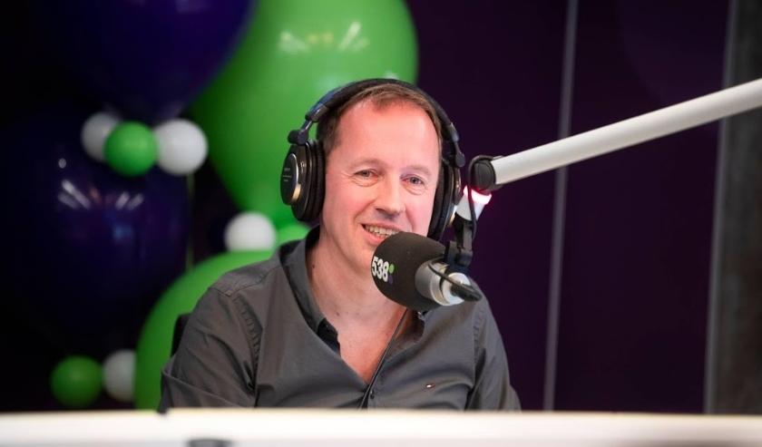 2018-12-21 06:20:44 HILVERSUM - Edwin Evers neemt afscheid van zijn show Evers Staat Op op Radio 538. Hij doet dat met een marathonuitzending die twaalf uur duurt. ANP KIPPA JEROEN JUMELET  ( beeld anp)