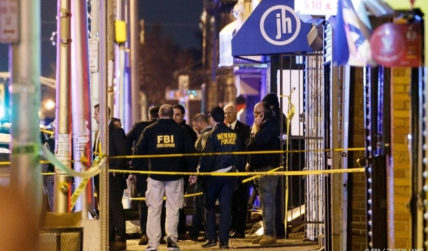 2019-12-10 18:10:09 epa08061354 Police secure and investigate the scene of a multiple shooting in Jersey City, New Jersey, USA, 10 December 2019. Six people were killed, including the two shooters and a police officer, earlier on the same day when two men  ( beeld anp)