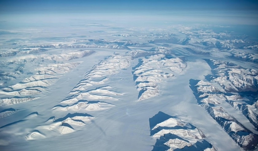 2019-10-08 00:00:00 epa07909820 The East Cost of Greenland, seen from an airplane over Thule Air Base, the United States Air Force's northernmost base, located 1,207 km (750 mi) north of the Arctic Circle, on the northwest coast of the island of Greenland  ( beeld anp)