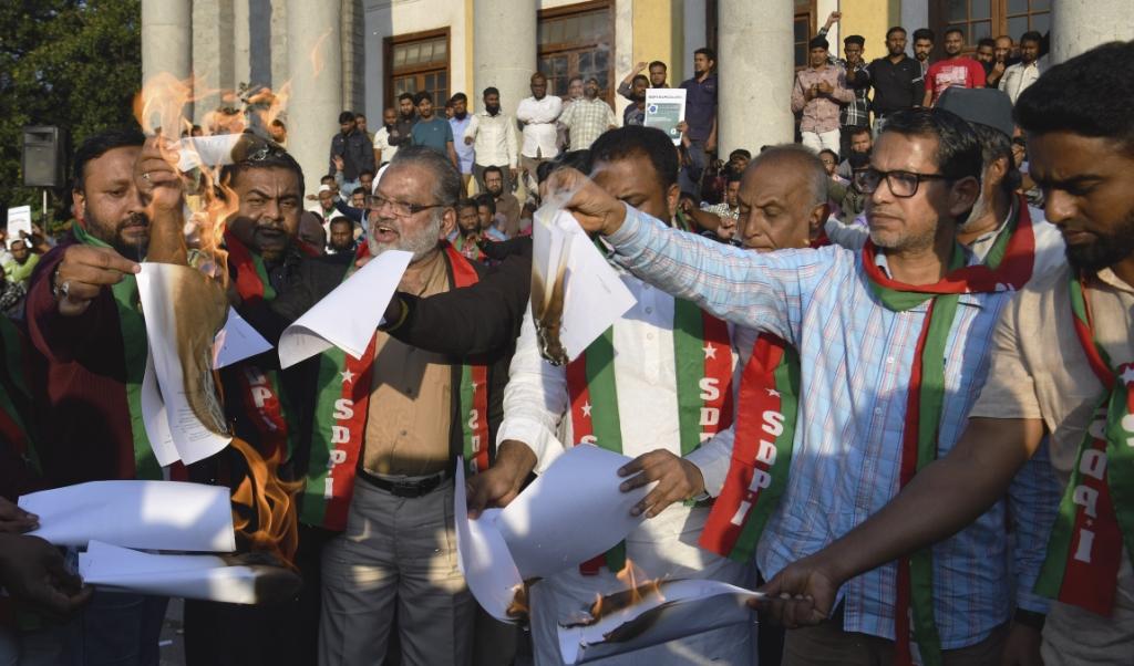 Mensen demonstreerden dinsdag tegen de nieuwe burgerschapswet en staken deze in brand.  (beeld AFP)