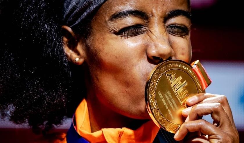 2019-10-05 21:34:32 DOHA - Sifan Hassan met de gouden medaille van de 1500 meter op de wereldkampioenschappen Atletiek. ANP ROBIN VAN LONKHUIJSEN  ( beeld anp)