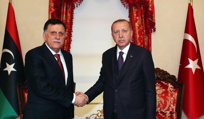 2019-12-15 17:44:44 epa08074038 A handout photo made available by Turkish President Press Office shows Turkish President Recep Tayyip Erdogan (R) shaking hands with Chairman of the Presidential Council of Libya Fayez al-Sarraj (L) during their meeting in   ( beeld anp)