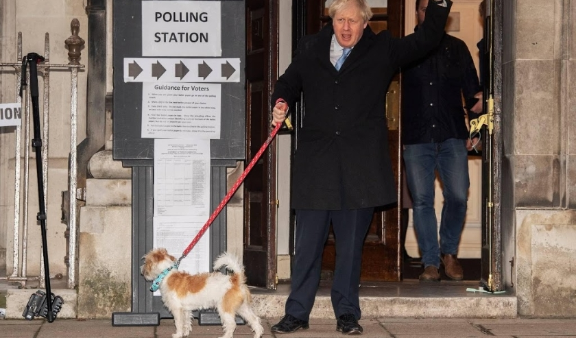 2019-12-12 09:19:44 epa08064410 British Prime Minister Boris Johnson arrives with his dog Dilyn at the Central Methodist Hall in London, Britain, 12 December 2019. Britons go to the polls on 12 December 2019 in a general election to vote for a new parliam  ( beeld anp)