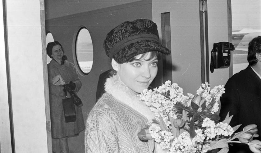 1968-02-08 00:00:00 SCHIPHOL: De filmster ANNA KARINA bij aankomst donderdagmiddag uit Parijs. Zij is naar Nederland gekomen voor de wereldpremiere van haar film 'Lief zijn voor Anna' op de Cinemanifestatie in Utrecht.  ( beeld anp)