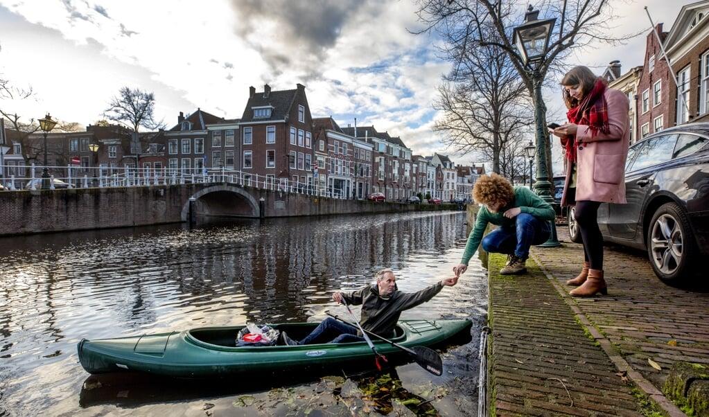 In het water op het Rapenburg wordt plastic gelokaliseerd, weggehaald en in de app gezet.    ( beeld Raymond Rutting)