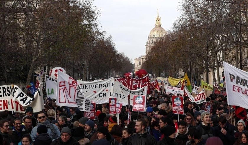 2019-12-10 15:05:31 epa08059865 Protesters participate in a demonstration against pension reforms near the Invalides in Paris, France, 10 December 2019. French unions representing railway and transport workers and many others in the public sector called f  (beeld anp)