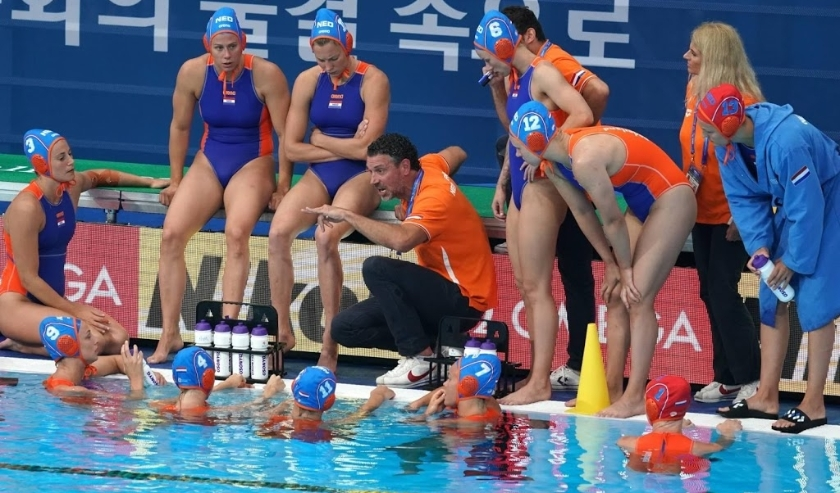2019-07-16 19:49:23 epa07720278 Head Coach Arno Haveniga (C) of Netherlands talks to his players during the women's water polo preliminary round match between the USA and the Netherlands at the FINA Swimming World Championships 2019 in Gwangju, South Kore  ( beeld anp)
