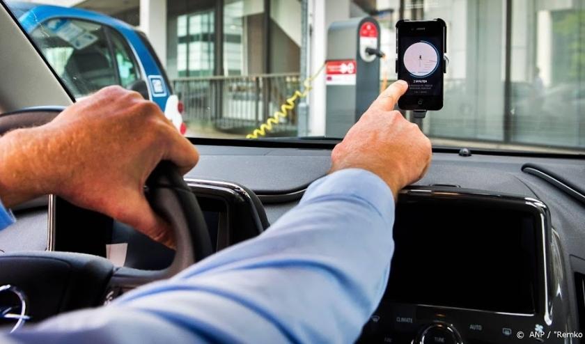 2014-07-30 14:43:34 AMSTERDAM - Een chauffeur van Uber accepteert een aanvraag voor een rit van een klant. Amsterdammers kunnen met deze taxi-app meerijden met particuliere chauffeurs. Uber begint in de hoofdstad met twintig chauffeurs een proef met de ni  ( beeld anp)