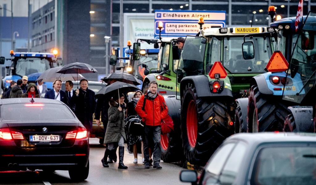 Passagiers van en naar Eindhoven Airport ondervinden grote hinder van boeren die met tractoren richting de luchthaven zijn opgestoomd. Eerder waren de boeren in Den Bosch om te protesteren bij het provinciehuis tegen het huidige stikstofbeleid.  (beeld anp / Sander Koning)