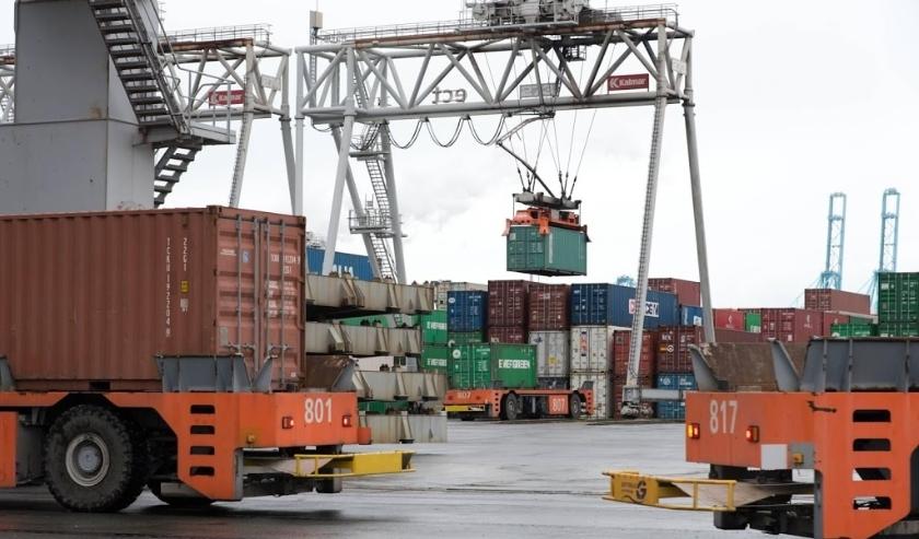 2016-01-31 10:04:35 ROTTERDAM - Robotgestuurde wagens vervoeren de vrachtcontainers op de Delta terminal van Europe Container Terminals (ECT) in de Rotterdamse haven. ANP XTRA VICTOR WOLLAERT  ( beeld anp)
