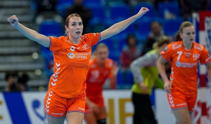 2019-12-13 18:33:22 KUMAMOTO - De Nederlandse handbalster Lois Abbingh zet Nederland weer op voorsprong tijdens de halve finale wedstrijd tegen Rusland op het WK handbal. ANP RONALD HOOGENDOORN  ( beeld anp)