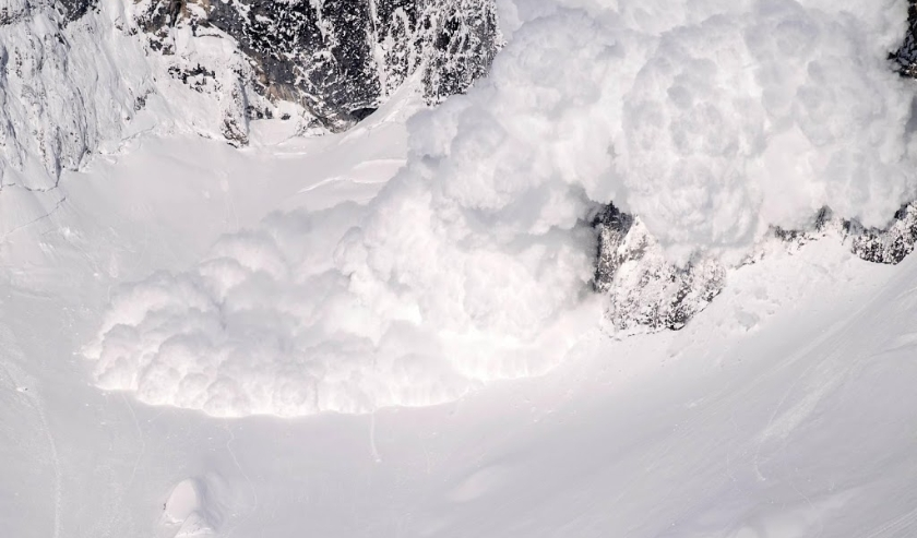 2019-01-16 09:36:52 epa07289699 An artificially-induced avalanche goes down towards the valley after explosive material was blown up by Austrian Armed Forces at Grimming mountain near Bleiberg, Austria, 16 January 2019. Austria uses artificial avalanche c  ( beeld anp)