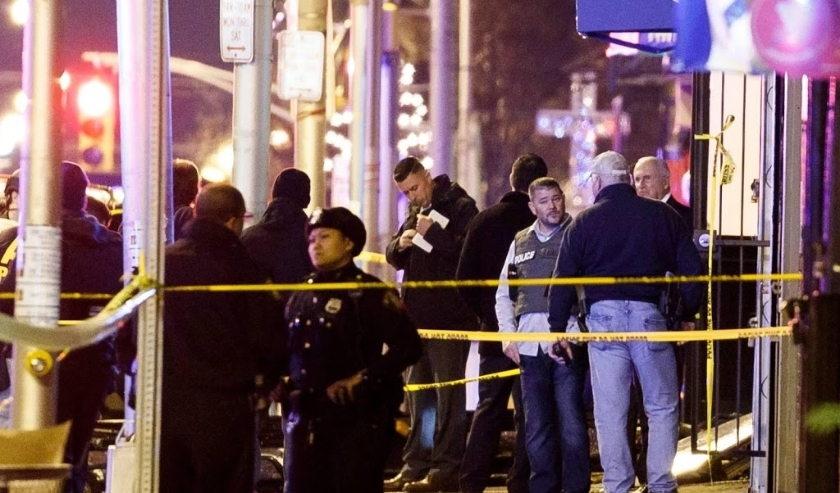 2019-12-10 18:10:09 epa08061357 Police secure and investigate the scene of a multiple shooting in Jersey City, New Jersey, USA, 10 December 2019. Six people were killed, including the two shooters and a police officer, earlier on the same day when two men  ( beeld anp)