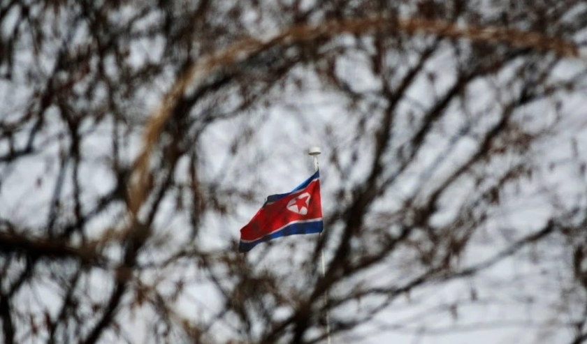 2018-03-27 09:33:02 epa06631432 The North Korean flag is seen flying at the North Korean embassy in Beijing, China, 27 March 2018. Foreign media reports that a high-ranking North Korean official may be visiting China ahead of Pyongyang's planned summits w  ( beeld anp)