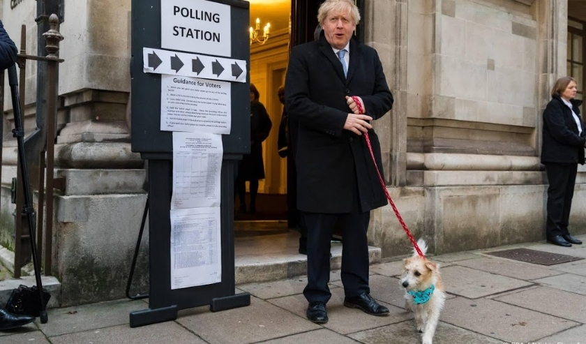 2019-12-12 09:19:44 epa08064423 Britain's Prime Minster Boris Johnson leaves a polling station after casting his vote with his dog Dylan at a polling station in London, Britain, 12 December 2019. Britons go to the polls on 12 December 2019 in a general el  ( beeld anp)