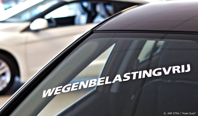 2012-05-04 00:00:00 VELSERBROEK - Bij een autodealer worden auto's aangeprezen die vrij zijn van BPM en wegenbelasting. De vrijstelling van zuinige auto's is onderdeel van het overheidsbeleid om meer te belasten op grond van de uitstoot van vervuilende st  ( beeld anp)