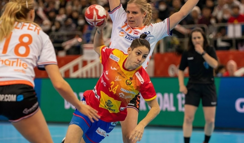 2019-12-15 20:51:18 epa08073078 Alicia Fernandez Fraga of Spain (C) in action during the IHF Women's World Championship final match between Spain and the Netherlands in Kumamoto, Japan, 15 December 2019.  EPA/HIROSHI YAMAMURA  ( beeld anp)