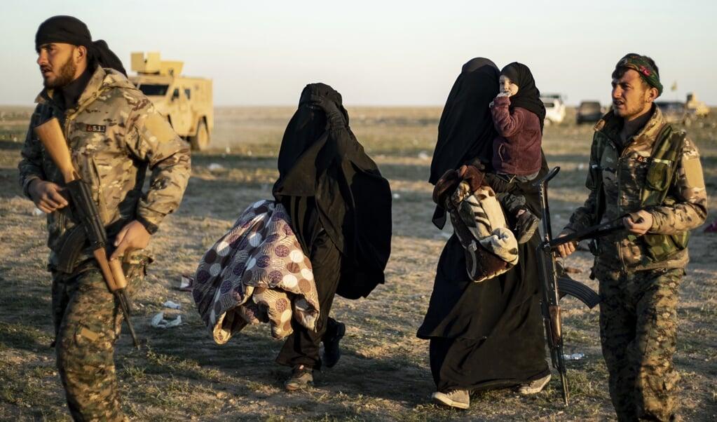 Vrouwen en kinderen die in 2019 het ISIS-gebied in Oost-Syrië verlaten, worden opgevangen door de Koerden. Ook de Koerden zeggen dat deze vrouwen zich voornamelijk hebben beziggehouden met huishoudelijke taken. Delil SOULEIMAN / AFP  (Delil Souleiman / AFP)