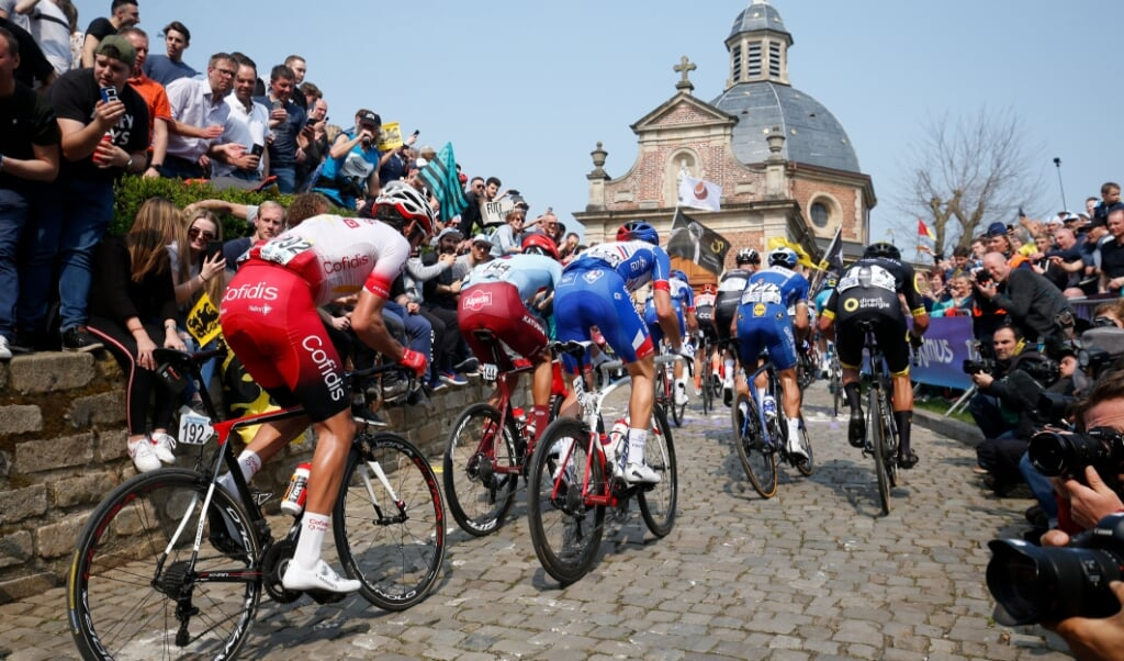 <p>Het peloton in actie op de Kapelmuur tijdens de Ronde van Vlaanderen in 2019.&nbsp;</p>  (beeld anp / Bas Czerwinski)
