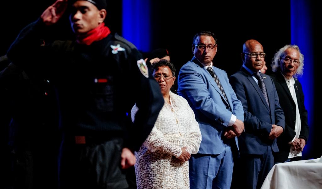 President John Wattilete (midden, lichtblauw pak) en de rest van de Molukse regering in ballingschap, tijdens de viering van onafhankelijkheidsdag (25 april) vorig jaar.  (beeld anp / Robin van Lonkhuijsen)