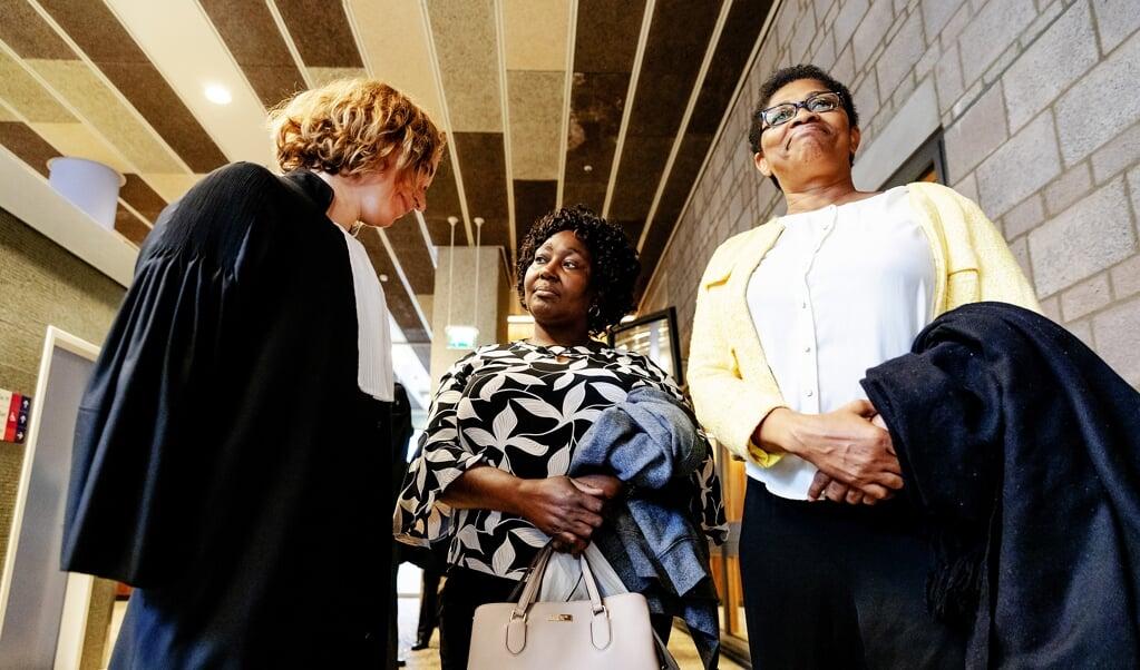 Esther Kiobel (rechts) en Victoria Bera uit Nigeria en hun advocaat Channa Samkalden in de Haagse rechtbank, in oktober. Beide weduwen hebben Shell aangeklaagd voor betrokkenheid bij de dood van hun echtgenoten.  (anp)