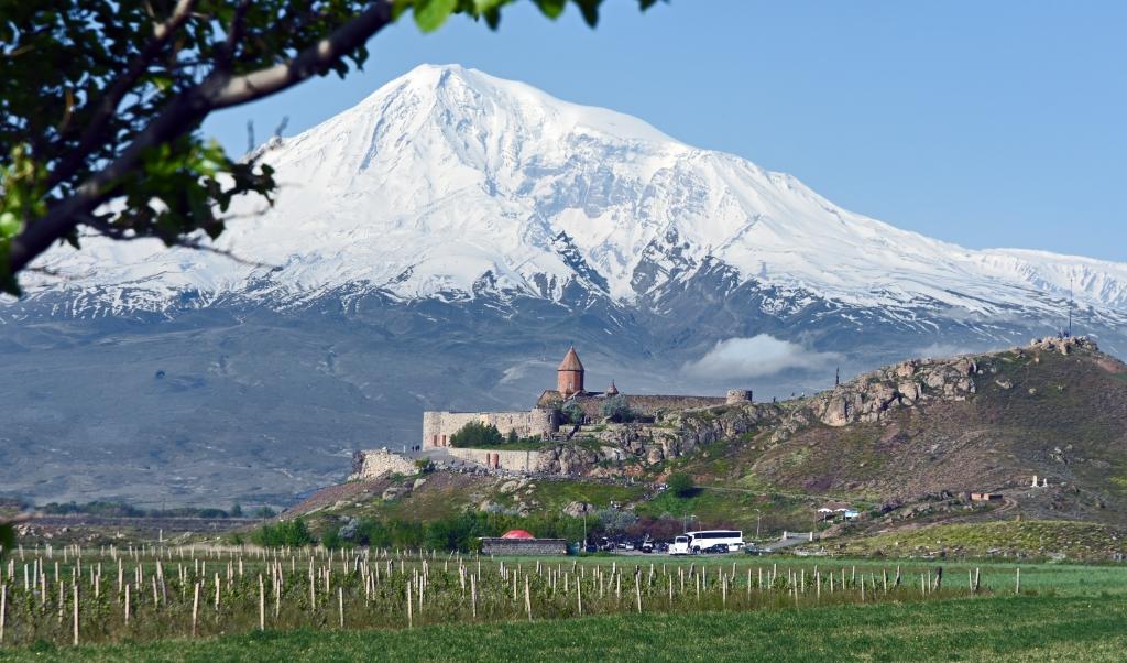 De Ararat met aan zijn voet het klooster Khor Virap.
