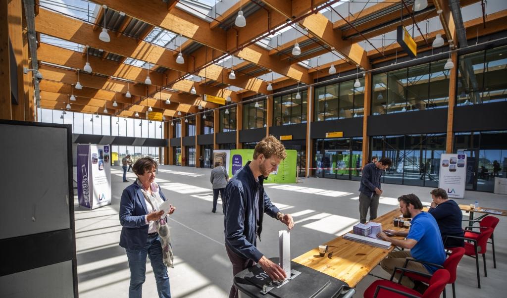Een nieuwe terminal van vliegveld Lelystad staat er al. Bij de Europese verkiezingen in mei vorig jaar was het een stembureau.  (beeld   anp / Jeroen Jumelet)