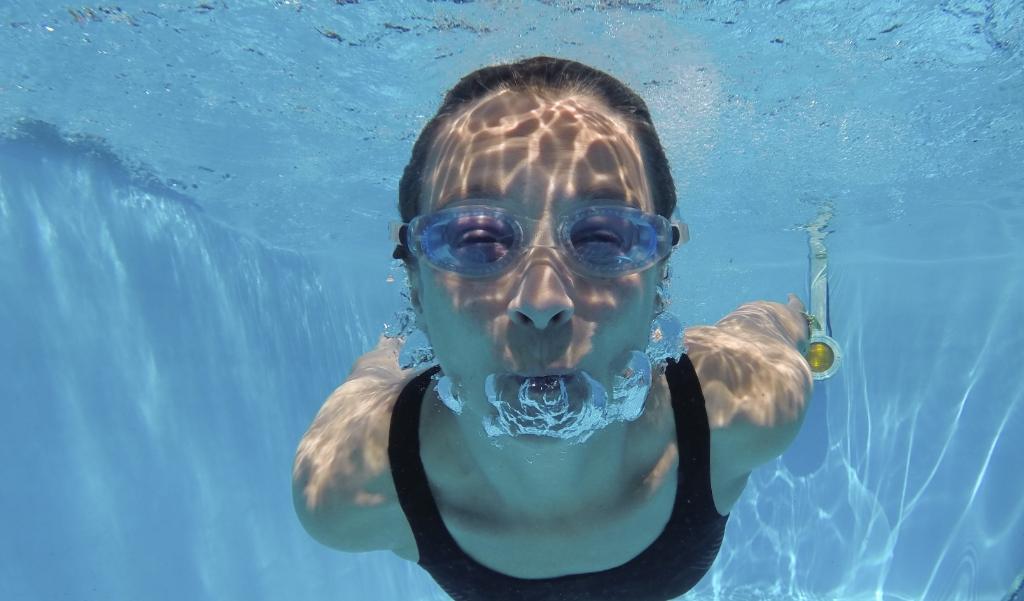 Een jonge vrouw in een Duits zwembad. In het grootste zwembad van Dagestan is dit nu verboden.  (afp / Thomas Kienzle)