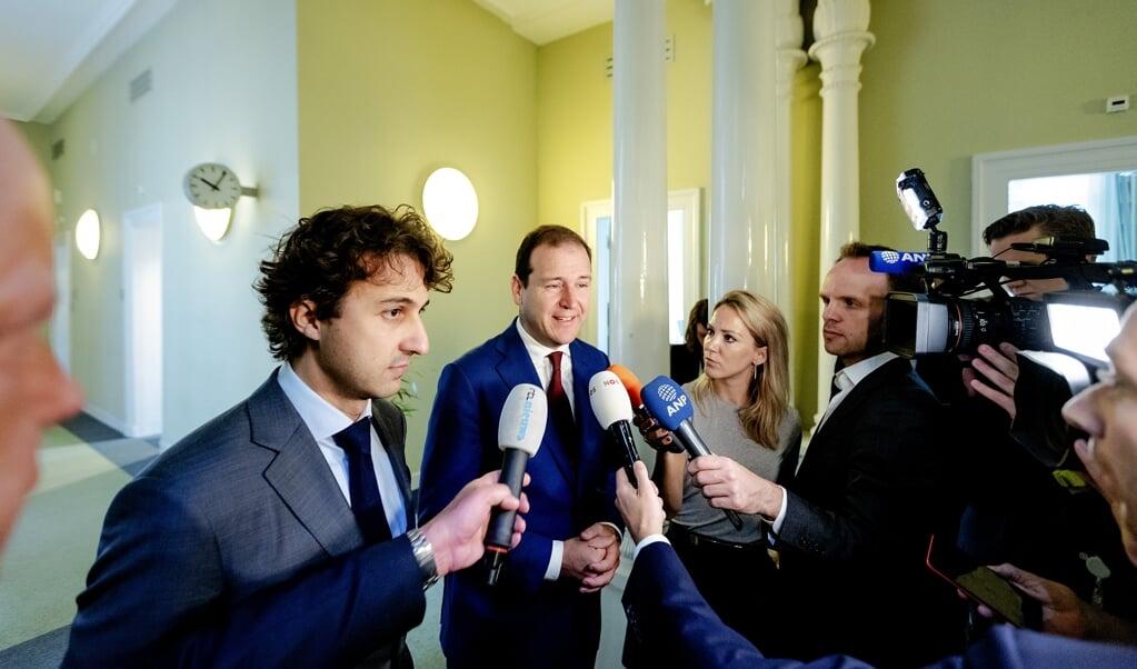 Jesse Klaver (links) en Lodewijk Asscher in de wandelgangen van de Tweede Kamer. GroenLinks en de PvdA hebben allebei verbinding en solidariteit als kernwaarden. Om daarvan iets te verwezenlijken, moeten ze samenwerken.  (beeld anp / Robin van Lonkhuijsen)