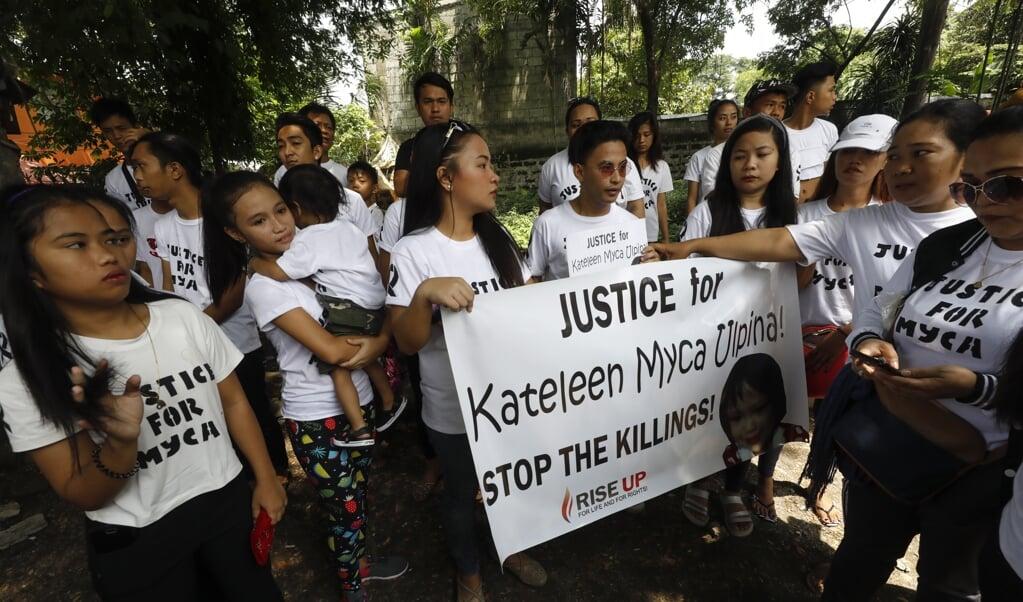 Nabestaanden van een driejarig Filipijns meisje dat omkwam in het kruisvuur tussen politie en drugsverdachten eisen gerechtigheid.   (epa / Rolex Dela Pena)