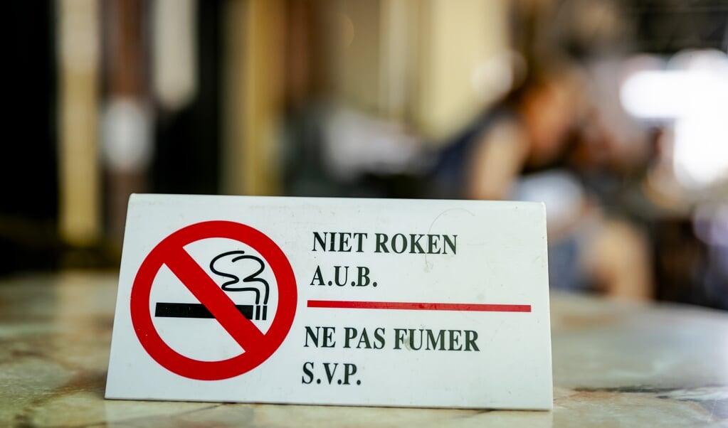 Een bordje verzoekt mensen niet te roken, op het gedeeltelijk rookvrije terras van cafe Kobus Kuch.   (beeld anp / Robin van Lonkhuijsen)