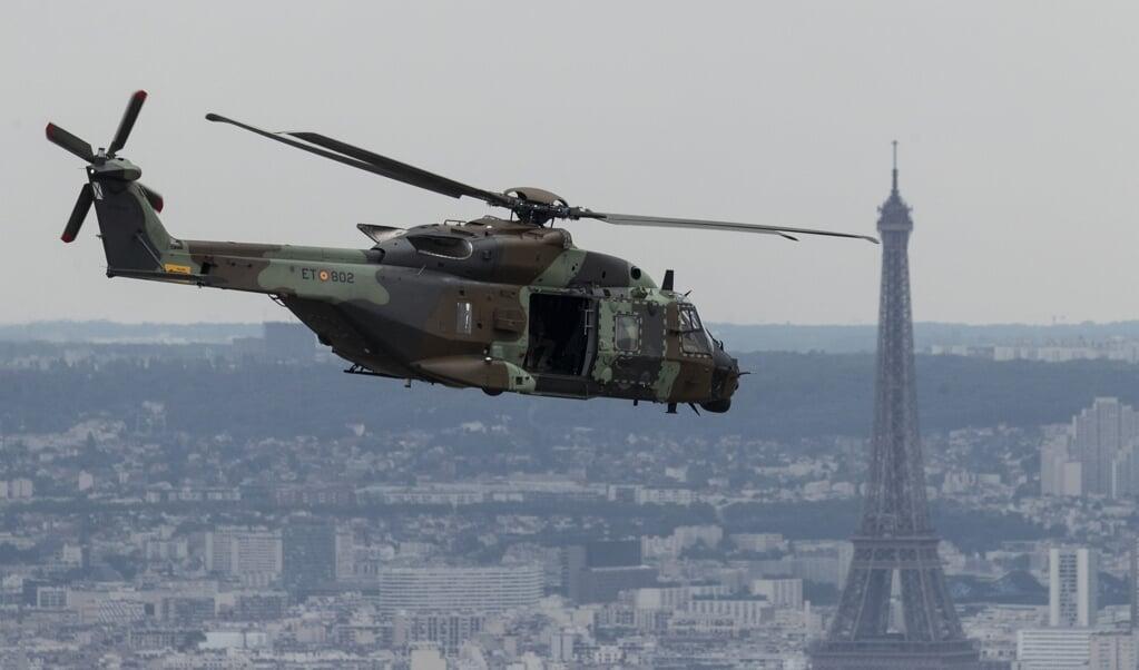 Een Spaanse NH90 boven Parijs.  (beeld Kenzo Tribouillard / afp)