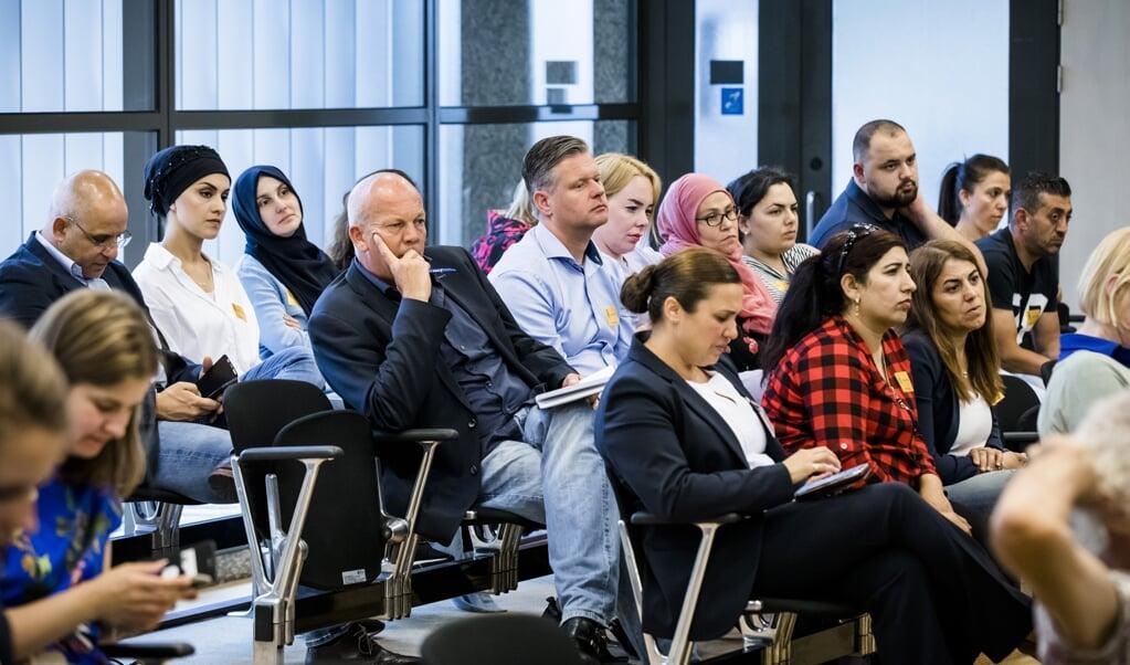 Gedupeerden luisteren mee bij een Kamerdebat over de toeslagenaffaire. Mensen worden vermalen in een onoverzichtelijke kluwen van uitkeringen, toeslagen, kortingen en heffingen.  (beeld anp / Bart Maat)