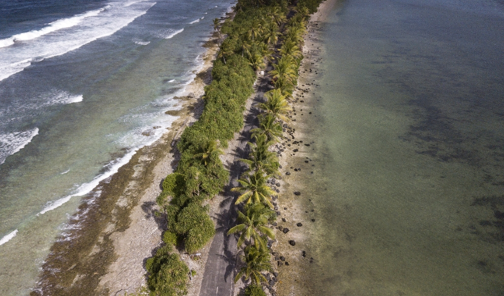 2019-08-15 15:16:33 epa07774278 An aerial view of the of the narrowest part of the island is seen north of Funafuti, Tuvalu, 15 August 2019. The 50th Pacific Islands Forum (PIF) and Related Meetings, fostering cooperation between governments comprising 18 countries in the region, run from 13 to 16 August 2019 in Tuvalu.  EPA/MICK TSIKAS  AUSTRALIA AND NEW ZEALAND OUT  (beeld Epa/mick Tsikas Australia and new Zealand out)