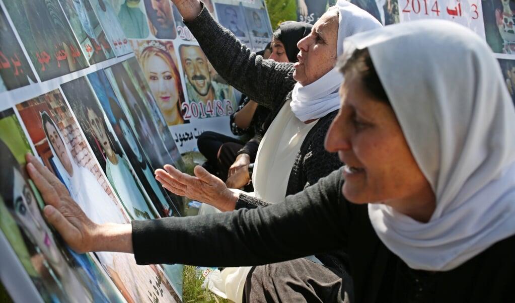 Jezidi overlevenden van de ISIS-genocide treuren om hun vermoorde familieleden tijdens een herdenking in Baadre, 25 kilometer van Duhok.  (beeld epa / Gailan Haji)