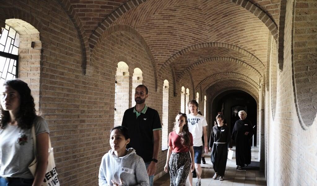 Diepenveen, 23 augustus 2019. Vierdaags Kloosterfestival op Abdij Nieuw Sion. Bezoekers lopen door de kloostergangen na afloop van de eucharistieviering.  (beeld Dick Vos)