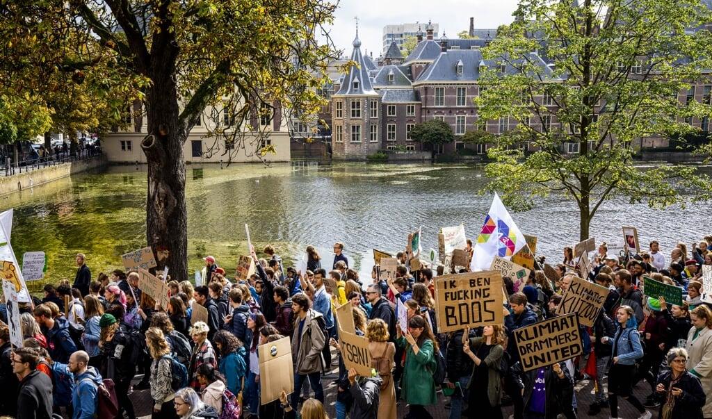 Een klimaatmars afgelopen najaar in Den Haag. 'We moeten de barricaden op om van de politiek ambitieuze en alomvattende klimaatplannen te eisen', vindt Jaap Tielbeke.  (beeld anp / Sem van der Wal)