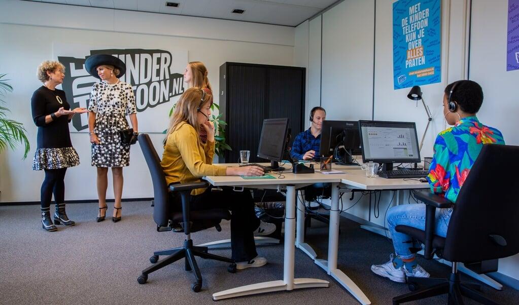 Vrijwilligers bij de Kindertelefoon.  (beeld anp / Wesley de Wit)