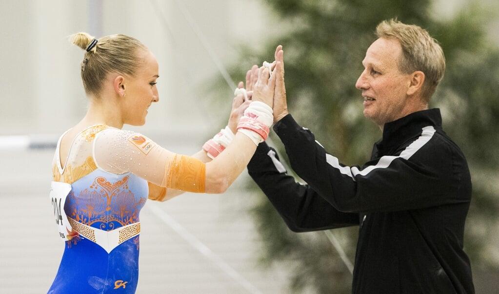 Turnster Sanne Wevers met haar vader Vincent Wevers.   (beeld anp / Vincent Jannink)